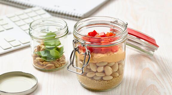 Lauwarmer Couscous-Schüttelsalat mit weißen Bohnen