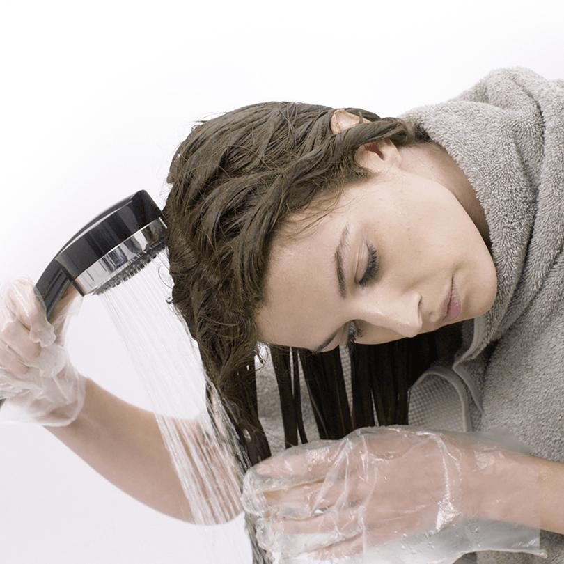 Haarfarbe gründlich mit Wasser ausspülen
