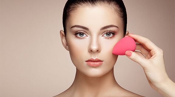 Make-Up mit dem Beauty Blender auftragen