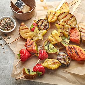 Gegrillte Fruchtspiesse