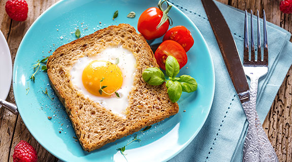 Toast mit Ei in Herzform
