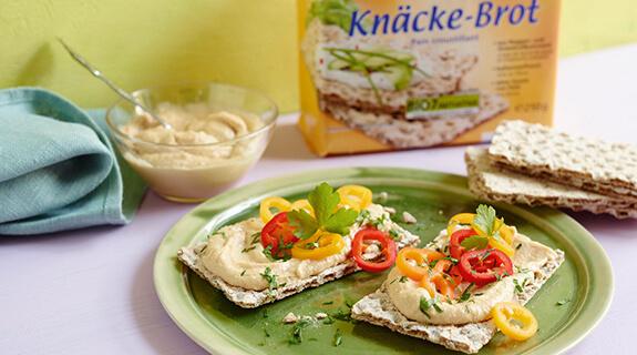 Knäckebrot mit Hummus und Paprika