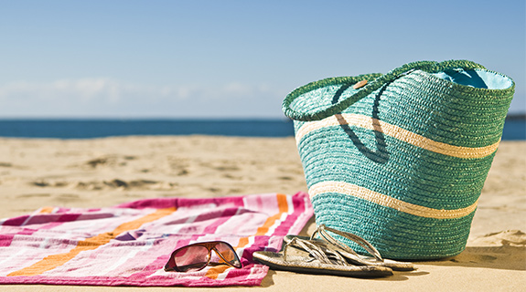 Strandtasche auf einem Handtuch