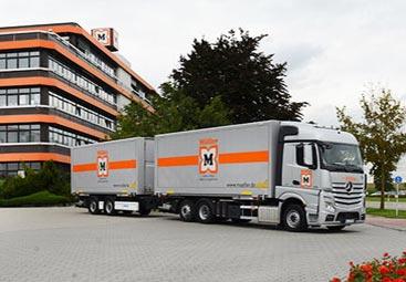 Flota de camiones verdes
