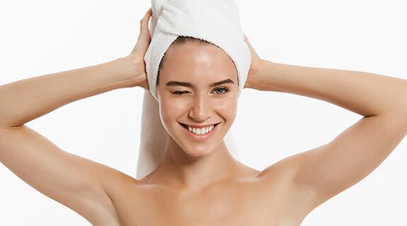 Haare trocknen mit einem Handtuch