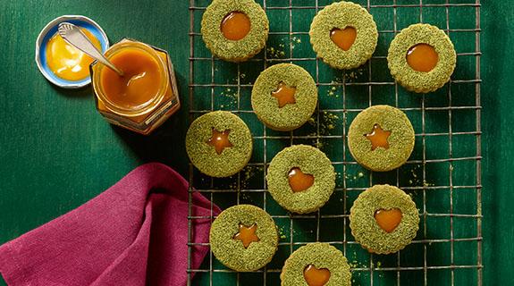 Matchás linzer mangós-barackos töltelékkel