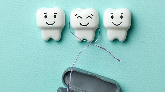 Zähne mit Zahnseide